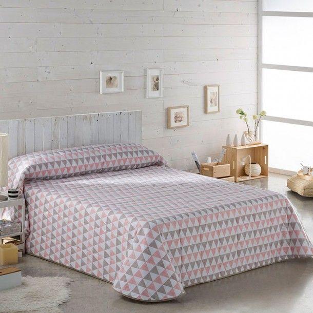 Colcha Bouti PANAMÁ Sansa. Presenta un sencillo estampado a triángulos pequeños en blanco, combinados con varios tonos en verde y rosa palo. Sencillo y sútil.