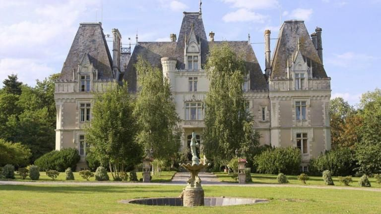 5 Beautiful French Chateaus That Are Perfect For Destination Weddings Kelsey Andriot In 2020 Chateau French Chateau Loire Valley Chateau