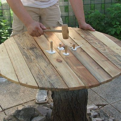 Construire une table de jardin en bois de palette sur tronc d\'arbre ...