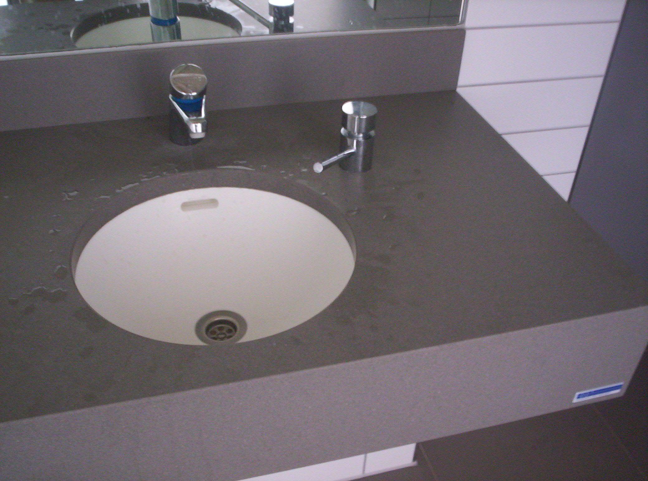 Graues Badezimmer ~ Waschtisch aus quarzstein farbe grau badezimmer design