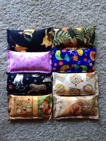 DIY no sew scented fabric sachets. Fill with rice mixed with essential oils, and close the seams with fabric glue.