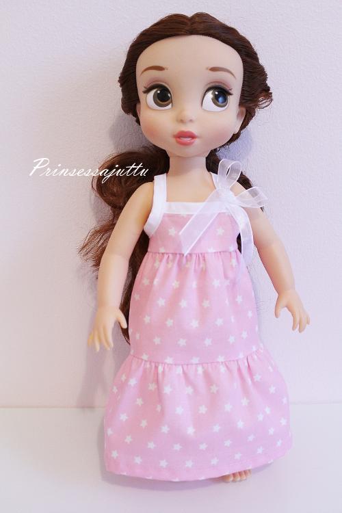 Pitkästä aikaa ompelupäivän tuotoksia; mekkoja Disney Animators nukelle. Alkuviikosta postipate toi kankaita ja sai...