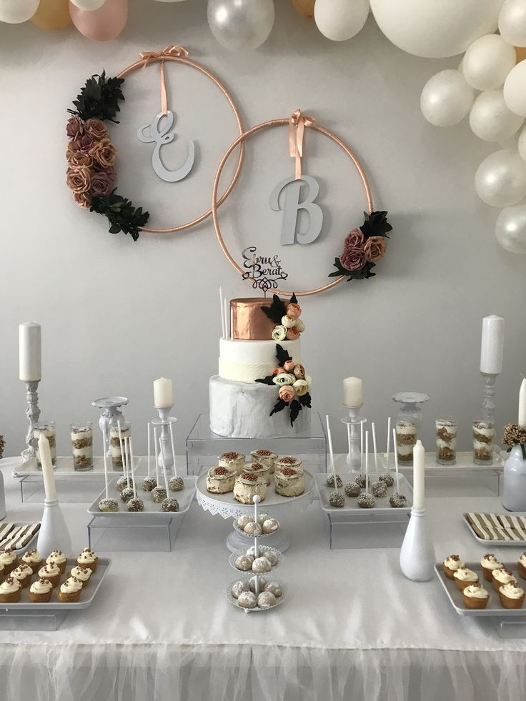 Impresionante mesa de boda de invierno, blanca con toques de oro rosa