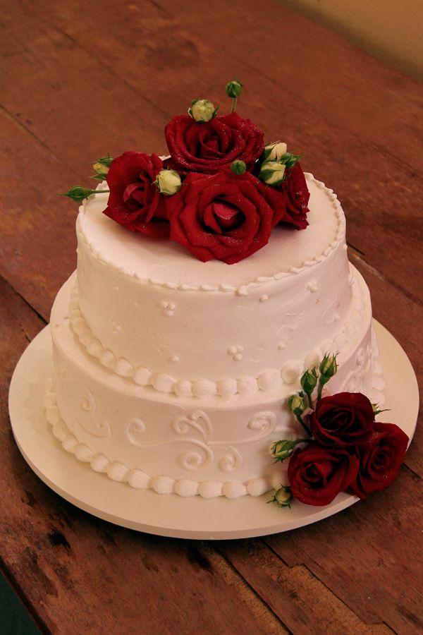 Bolo De Chantilly De Casamento Com Rosas Vermelhas Com Imagens