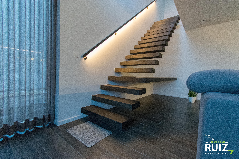 Prachtige Zwevende Houten Trap Gemaakt Uit Eik De Metalen Handgreep Is Afgewerkt Met Een Led Strip Home Home Decor Stairs