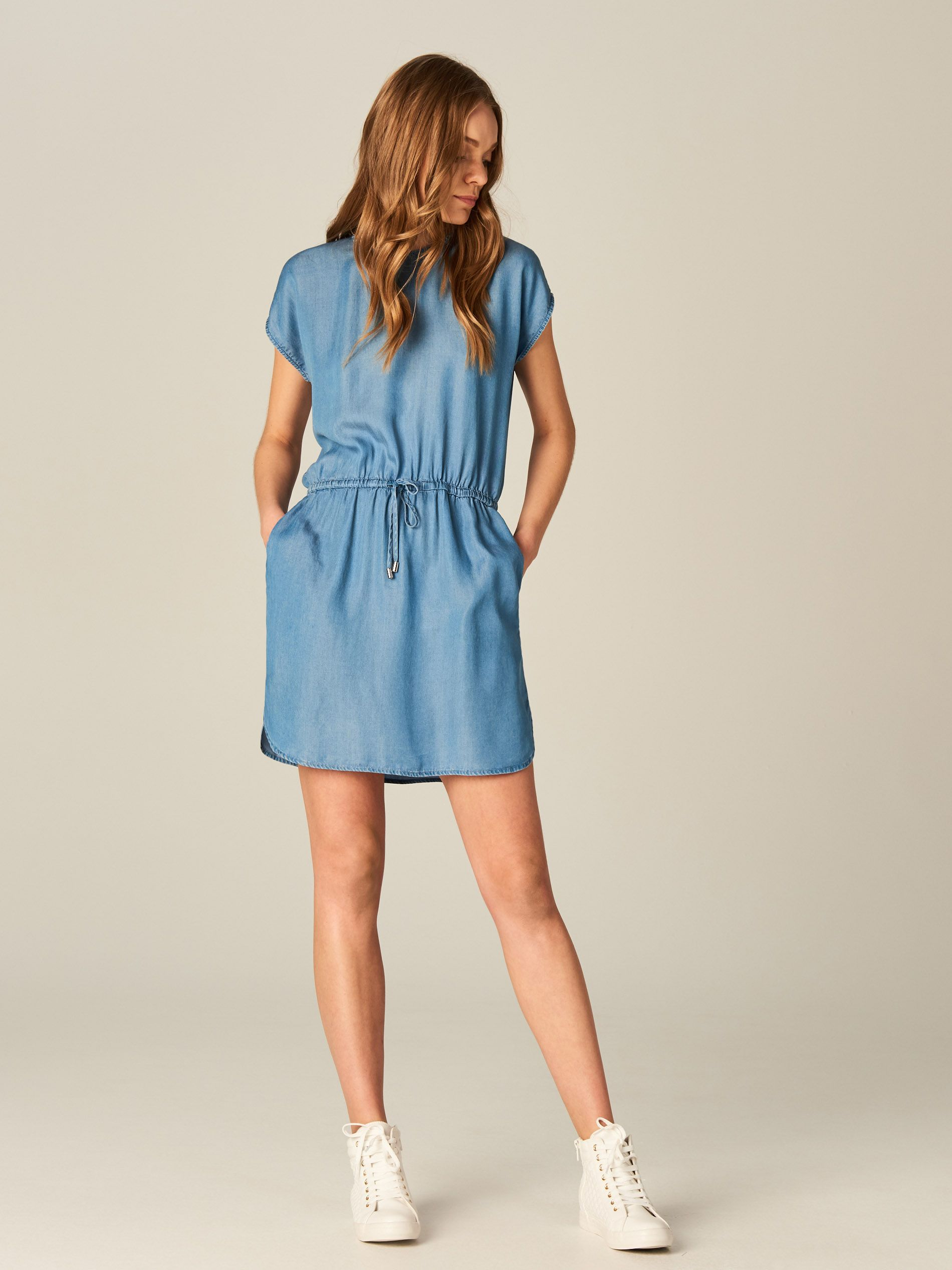015f5069 Lekka denimowa sukienka, SUKIENKI, KOMBINEZONY, niebieski, MOHITO ...