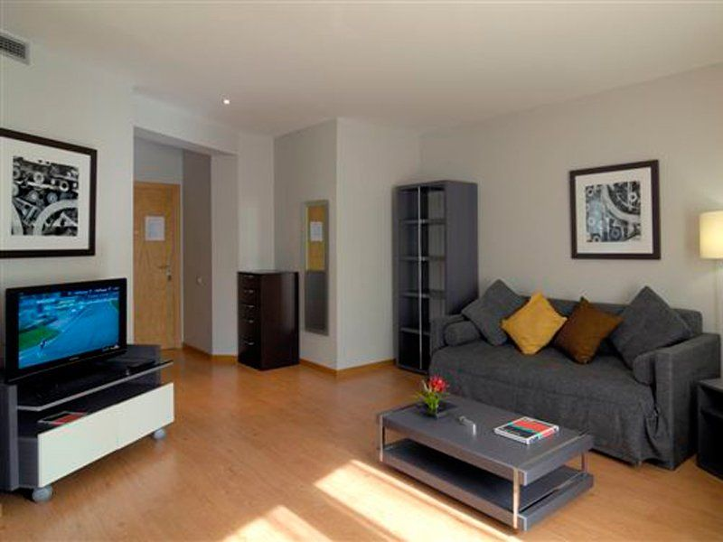 Sal n suelo laminado muebles gris decoraci n de espacios pinterest muebles grises muebles - Studio barcelona muebles ...