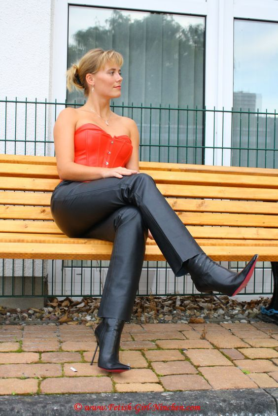 Pin auf Clare: Fetish Wife in latex from UK
