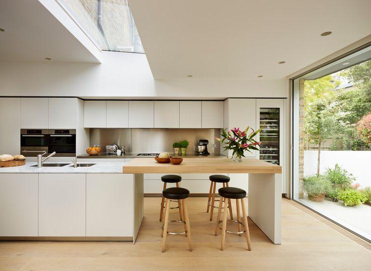 Moderne Küche im Alpenstil mit viel Holz und Licht, dazu gibt es ...