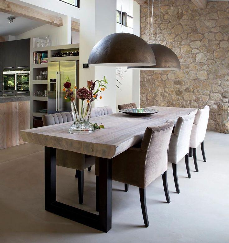 Dunkle und helle Stühle, Tischplatte aus Holz #holztisch