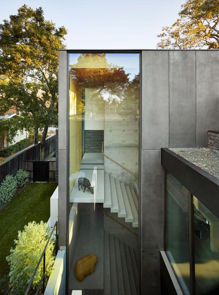 Dekorative Ziegelwand prägt die Architektur einer Stadtvilla in Kalifornien