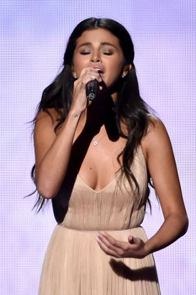 Tay Gets Emo During Selena S Ama Performance Selena Gomez