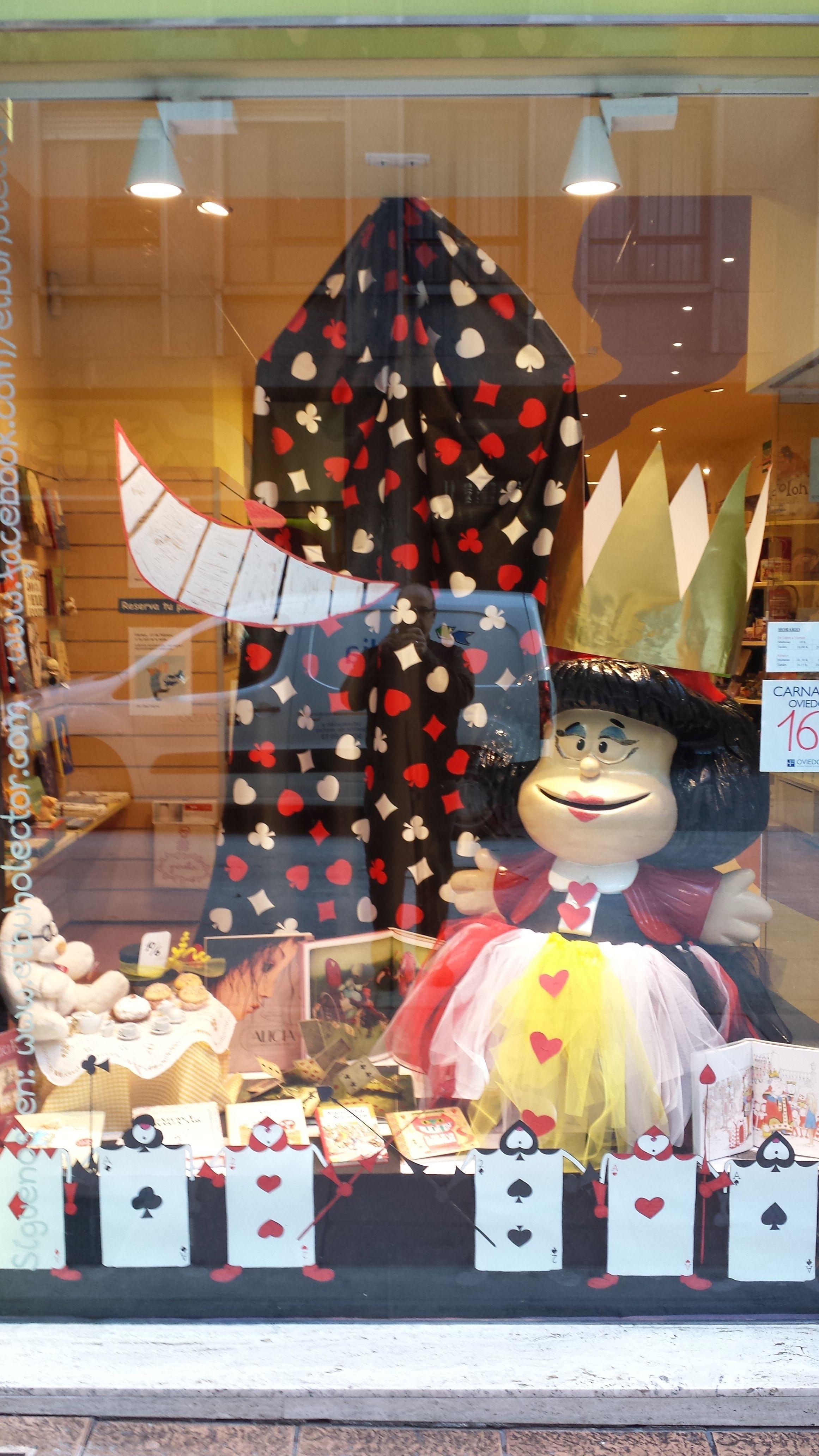 """Mafalda ya está lista parta el carnaval, disfrazada de la Reina Roja del cuento """"Alicia en el País de las Maravillas"""". ¿Y tu?"""