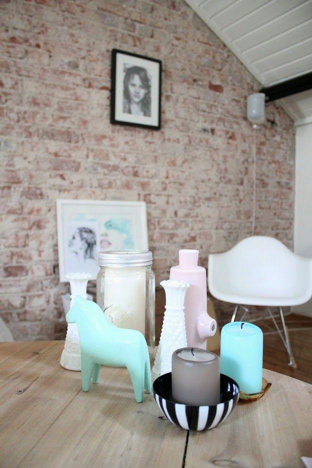 Un salón con pared de ladrillos y pinceladas en Mint!