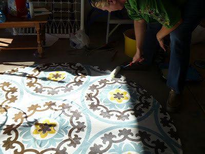 O si la madera no es tu estilo, a un mantel dale un tratamiento de poliuretano a base de agua para hacer una alfombra al aire libre.