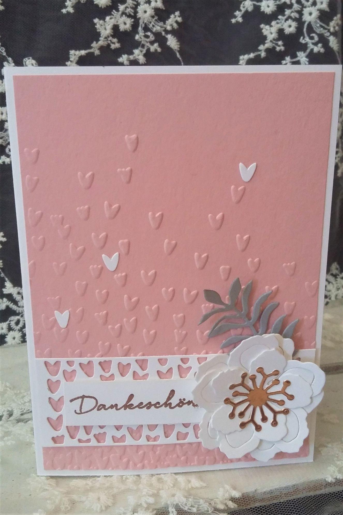 Es ist wieder ein kleines Set für Hochzeitspaare in Kirschblüte und Flüsterweiß entstanden. Die Schirften habe ich in Kupfer embossed sowie ein paar kleine Akzente in Schiefergrau und Kupfer gesetz…