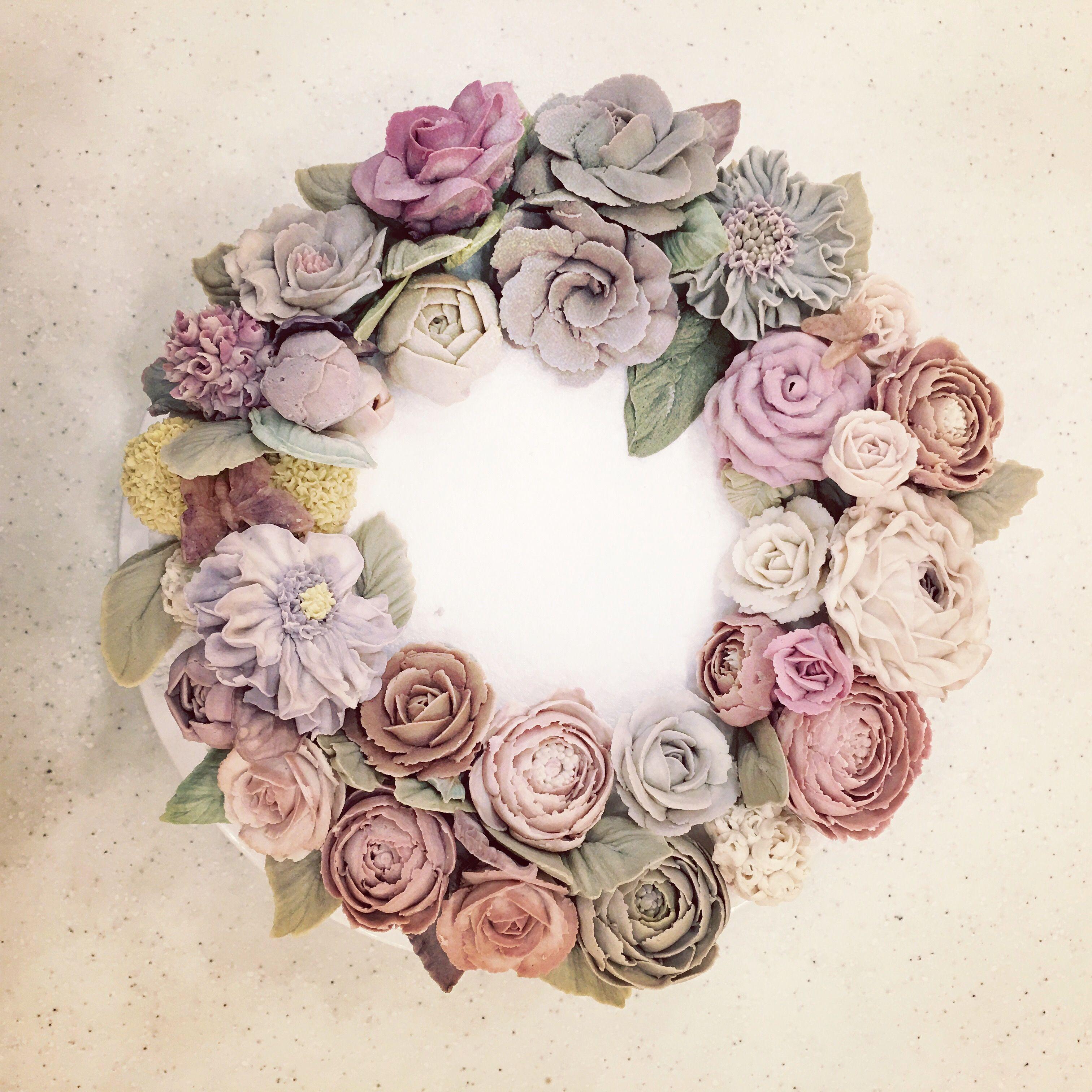 잉여 앙금 활용 놀이-수강생분이 남기고 가신 앙금꽃들과 조색 앙금을 오븐에 살짝 말려 얹어 두니 조화롭진 않아도 리스 형태가 완성됐네요.ㅎㅎ  #use_of_surplus#beanpasteflower#driedflower#wreath#moroocake#modeling#sample#모루케이크#살짝만흔들어도우수수#떨어지면깨짐#잉여앙금놀이#서울강서케이크공방#케이크스타그램🎂 www.moroocake.com. 📱order&class: 010.6238.1063 📱kakaotalk ID: moroo1004