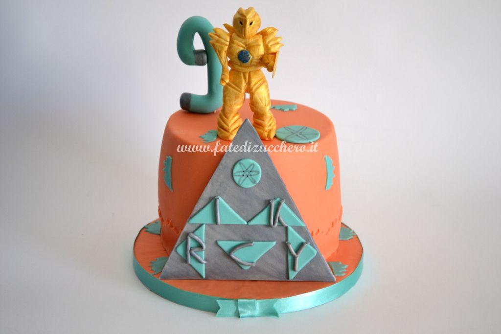 Torta Atomicron: con topper oro e piramide argento, scritte e dettagli decorativi interamente realizzati a mano, senza stampi
