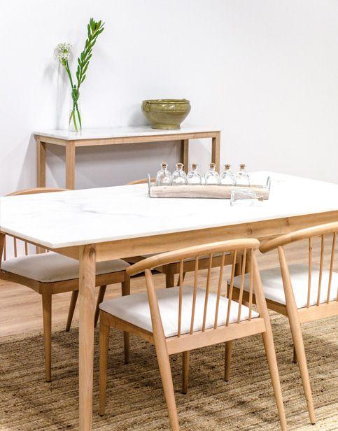 Mesa de madera y mármol blanco. Disponible en: