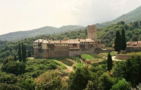 Monastère de Karakalou  onzième dans la hiérarchie est fondé par le moine Karakalas (11°s) et dédié aux Apôtres Pierre et Paul, Il a connu des moments difficiles (raids de pirates, pillage par des soldats latine, l'expropriation de ses terres par les Turcs), et des périodes de prospérité (giftsby empereurs et patriarches,'princes de Valachie et les rois d'Iberia). Le monastère a joué un rôle de premier plan dans la lutte des Grecs pour la libération et soutenu le chef Tsamis Karatasos (1854)