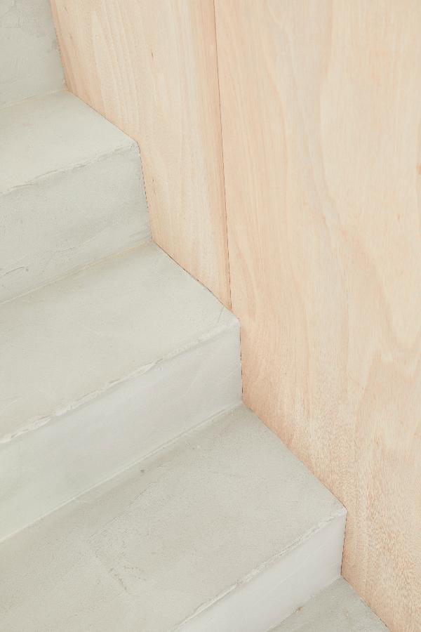 Modernisez Vos Escaliers Avec Un Revetement Enduit Beton Cire Escalier Carrelage Escalier Escalier Carrele
