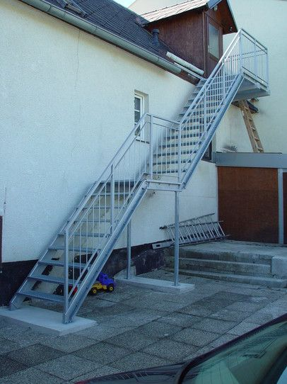Stiegen und Geländer aus feuerverzinktem Stahl Stahlkonstruktionen - terrassen gelander design