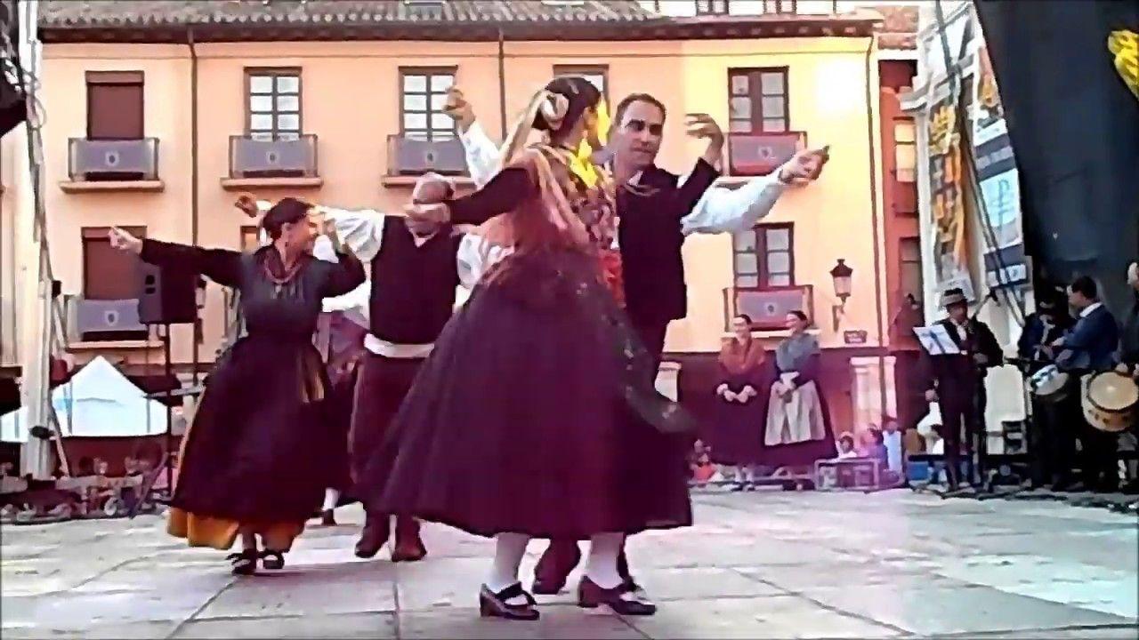 Grupo De Danzas Jorge Manrique De Palencia Bailan La Jota De La Pernía Vestidos De Damas De Honor Vestidos De Novia Baile