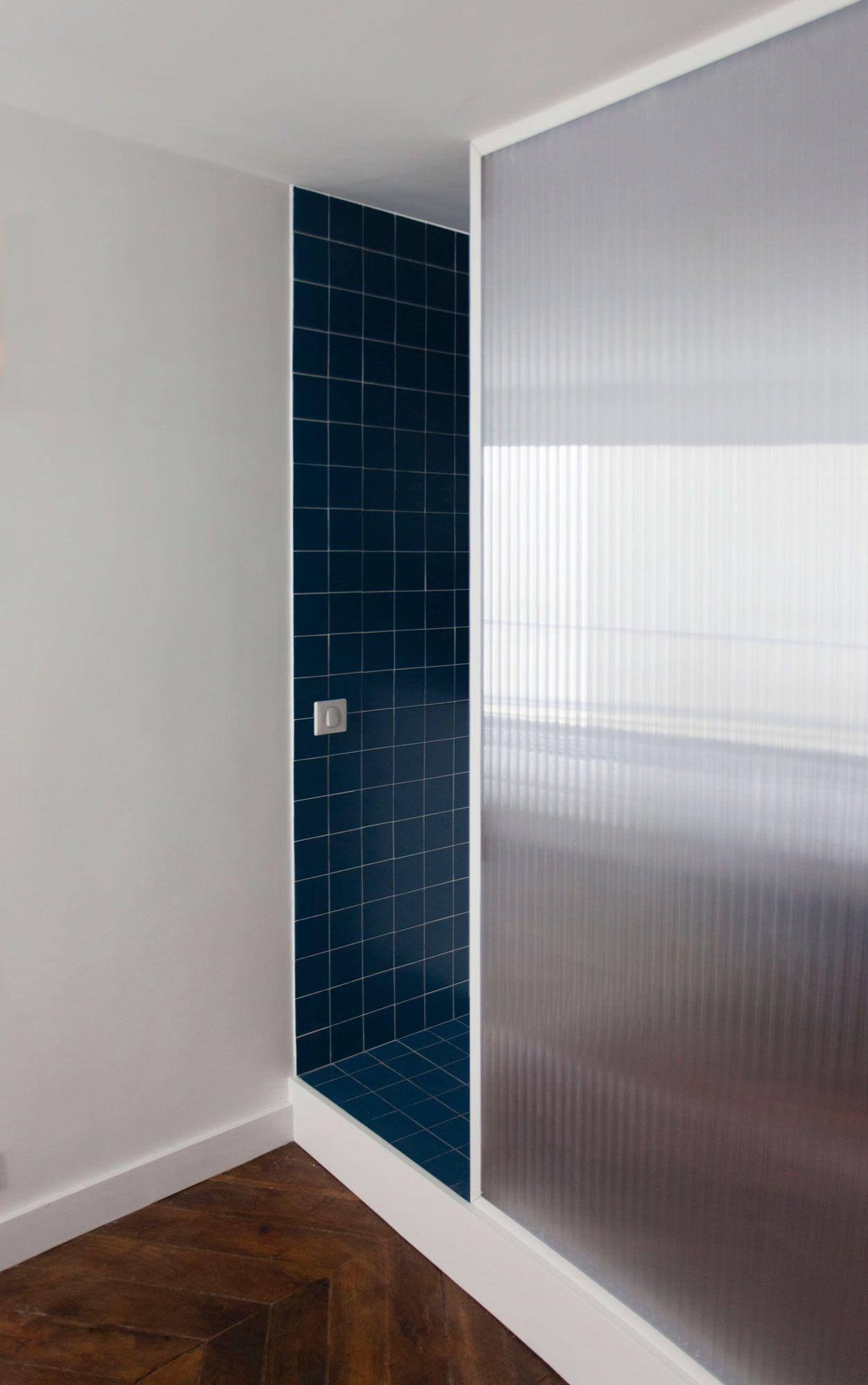 salle de bain cloison polycarbonate et carreaux de c ramique bleu bathroom polycarbonate. Black Bedroom Furniture Sets. Home Design Ideas