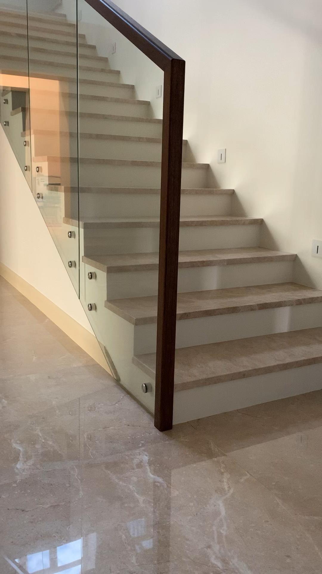 Дизайн лестницы с ограждением из стекла