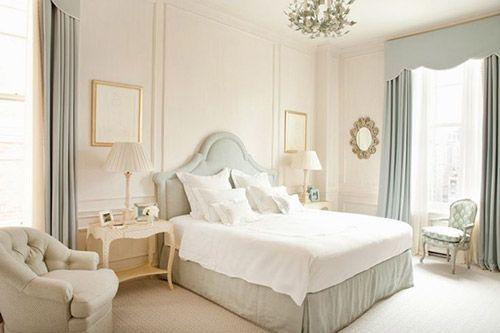 Você sabe o que é uma decor off white? Basicamente, é decorar com vários tons de branco o ambiente. O que acha desse quarto?