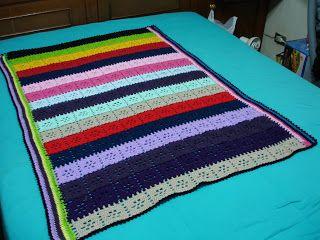 Manta listrada colorida feita em croche.
