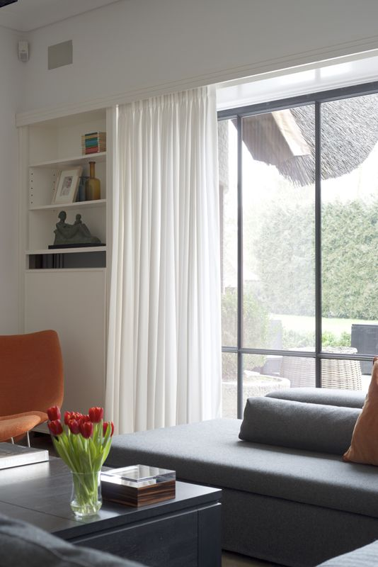 interior interieur curtains gordijnen modern black white minimalistic simple colour accent red oranje