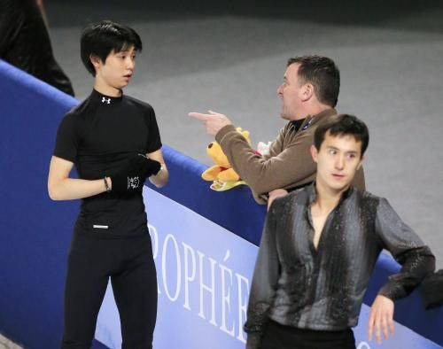 Yuzuru Hanyu 練習でコーチと話す羽生結弦(左)。手前はパトリック・チャン  Photo By 共同