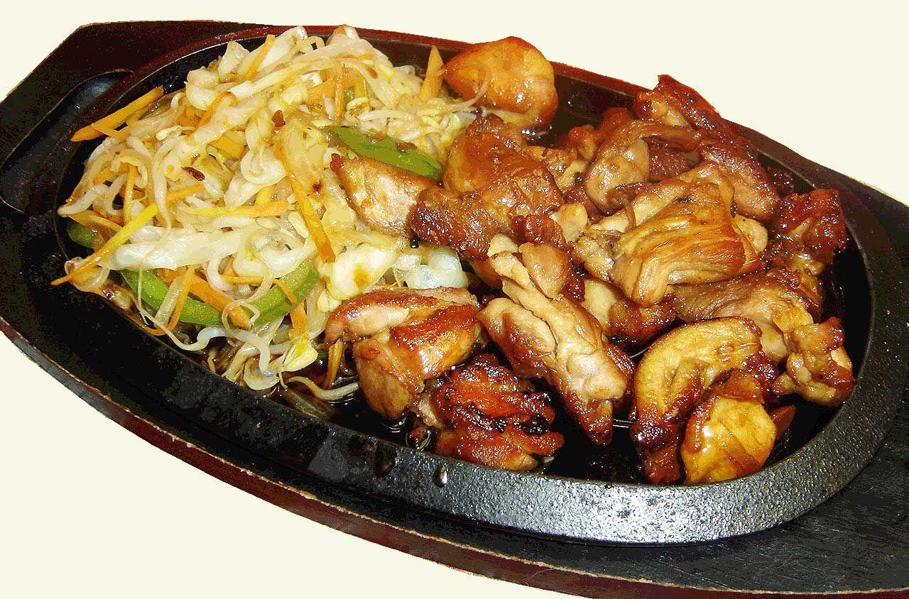 Lasalsa teriyaki è una particolare salsa di origine giapponese che usa come base la salsa di soia. Ne esistono diverse varianti, molte delle quali non hanno assolutamente nulla dell'originale salsa giapponese.  Il pollo insalsa teriyaki è un piatto gustoso, che solitamente piace a tutta la famiglia per il suo particolare sapore agrodolce. Ingredienti per …