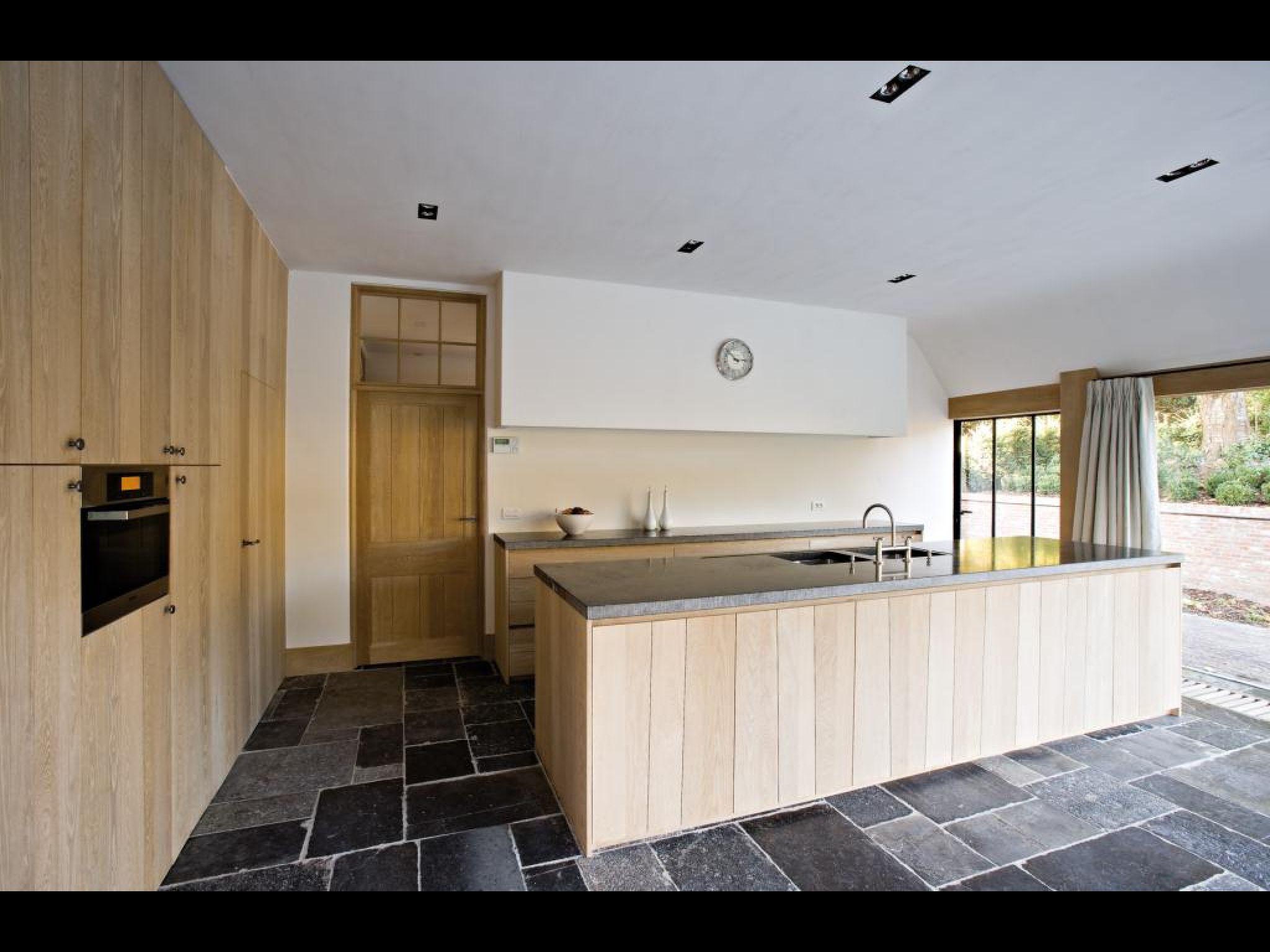 Landelijk moderne keuken met oude hardsteen vloertegels