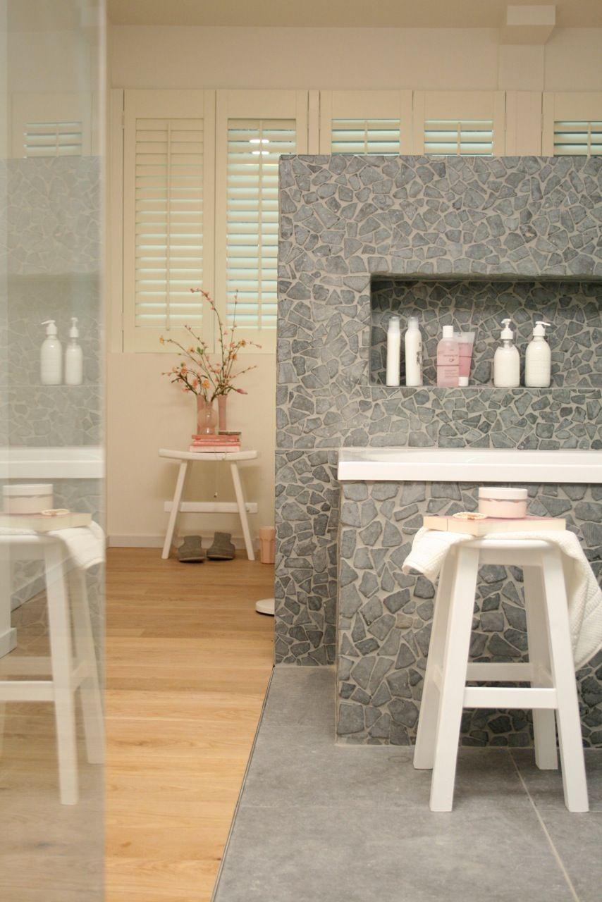 De artikelen gebruikt voor deze #badkamer kan je vinden op http ...