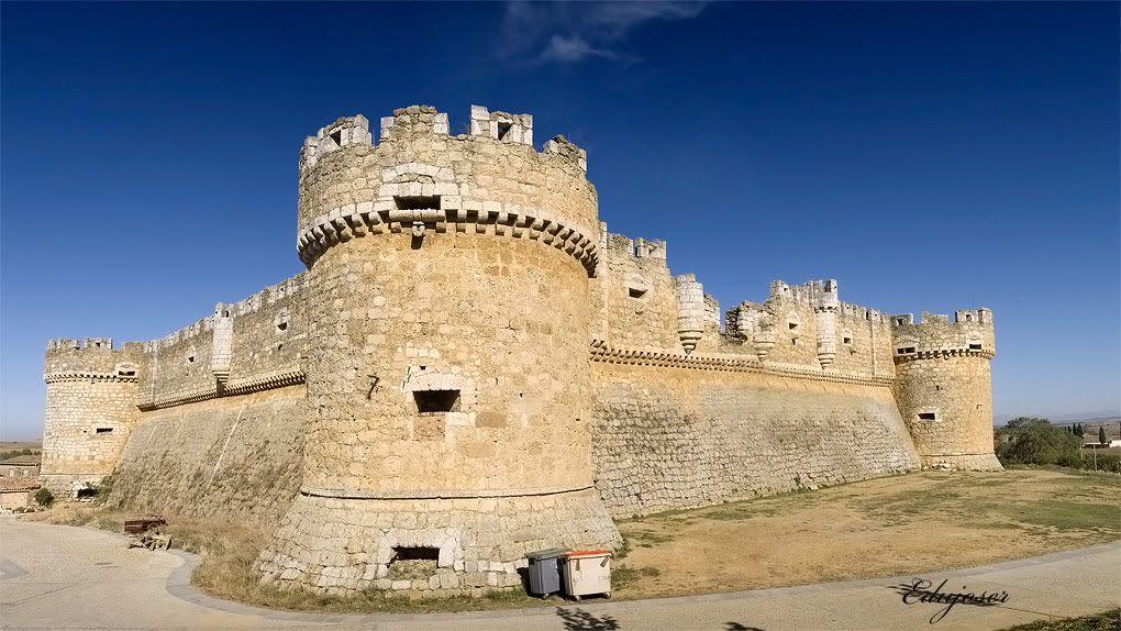 CASTLES OF SPAIN - Castillo de Grajal de Campos, León. Construcción militar del siglo XVI . Se le considera el primer castillo artillado en España. La la fortaleza construida por orden del poderoso señor de Grajal, Hernando de Vega, Comendador Mayor de Castilla. Hernando, temiendo la inminente revuelta de Castilla y de León contra Carlos V no esperó la aprobación real para levantar la defensa. Cuando ésta llegó en 1521 el castillo ya estaba concluido.