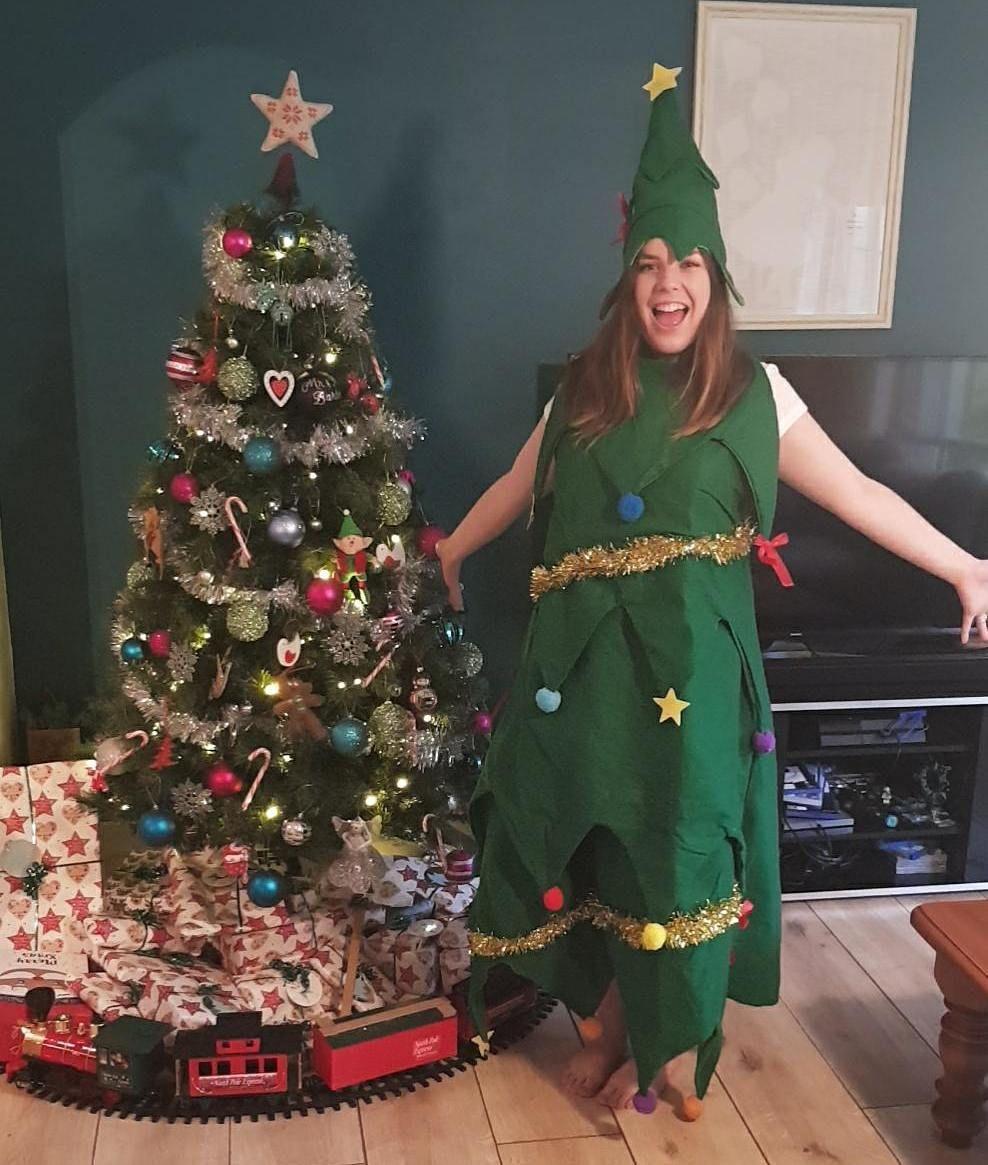 Tannenbaum Kostum Selber Machen Diy Anleitung Maskerix De Christmas Tree Costume Tree Costume Christmas Tree Halloween Costume
