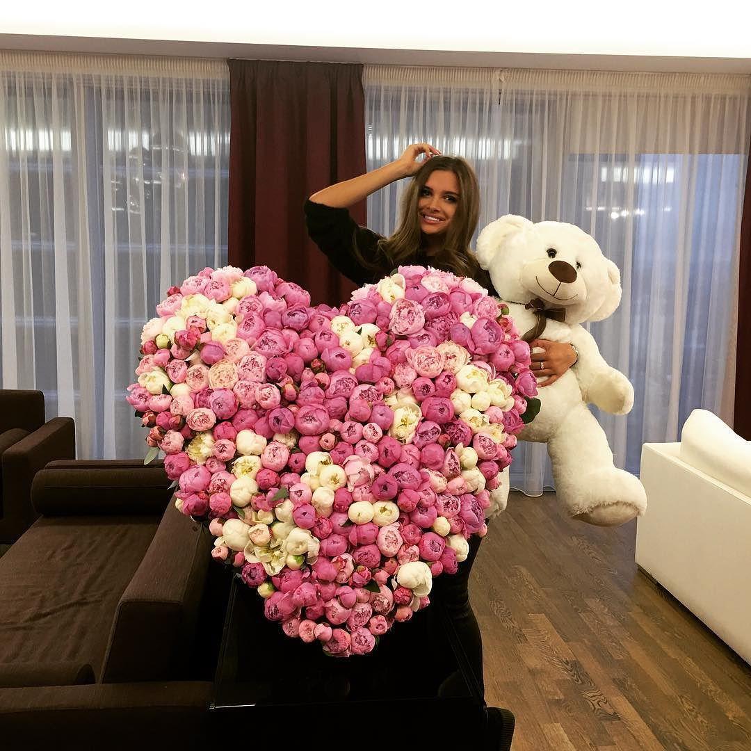 Pinterest// GlitzyTexan Girls with flowers, Flower girl