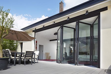 baie vitr e en aluminium pliante coulissante cf 77 reynaers aluminium vid os baie. Black Bedroom Furniture Sets. Home Design Ideas