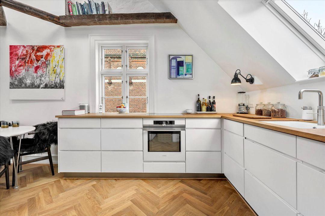 Cocina Nordica Bajo Techo Inclinado Y Vigas De Madera Delikatissen Kitchen Interior Kitchen New Kitchen