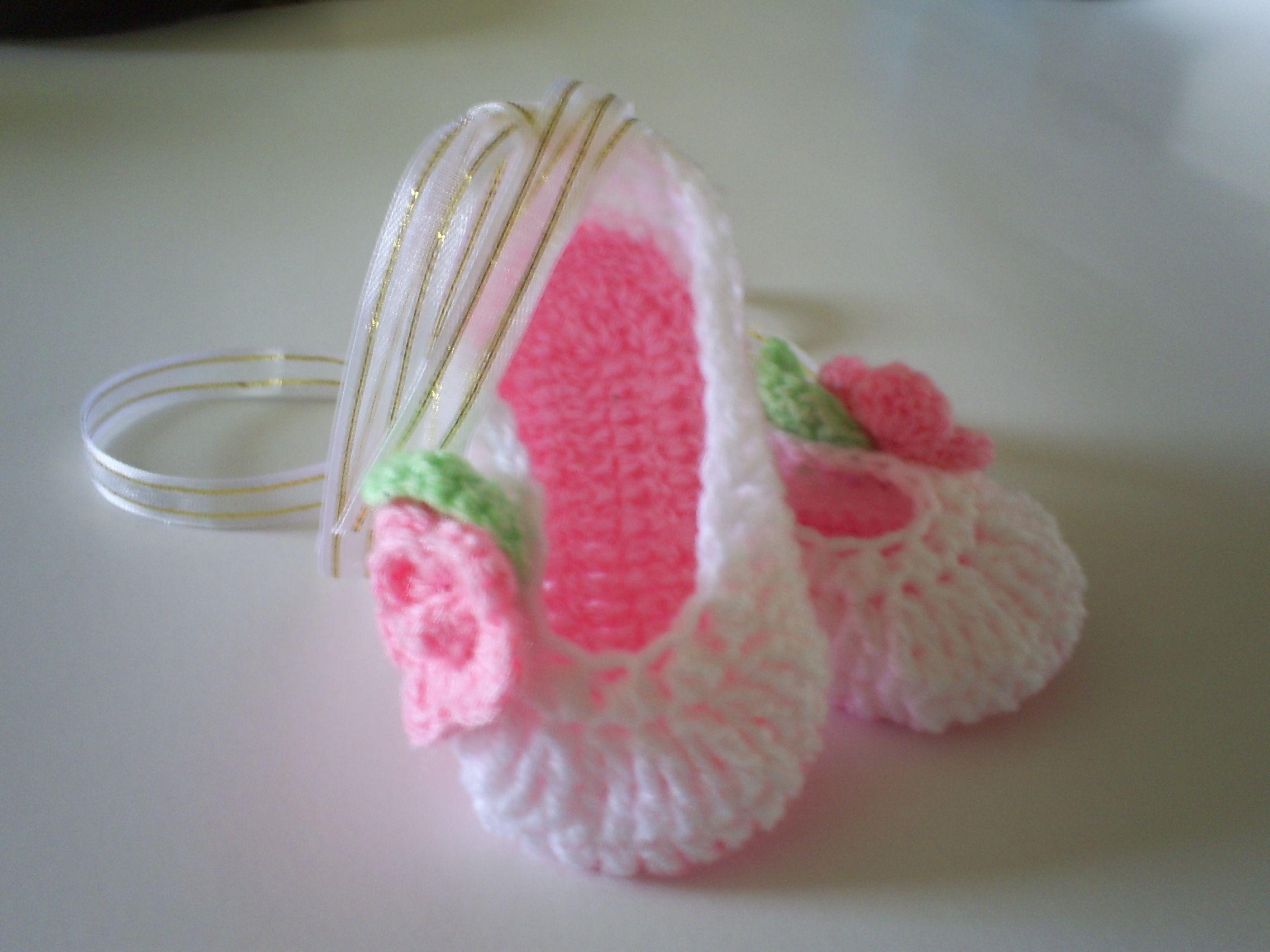 Esta es mi versión de las zapatillas de ballet de bebe. -- This is my own version of baby girl crochet ballet slippers.
