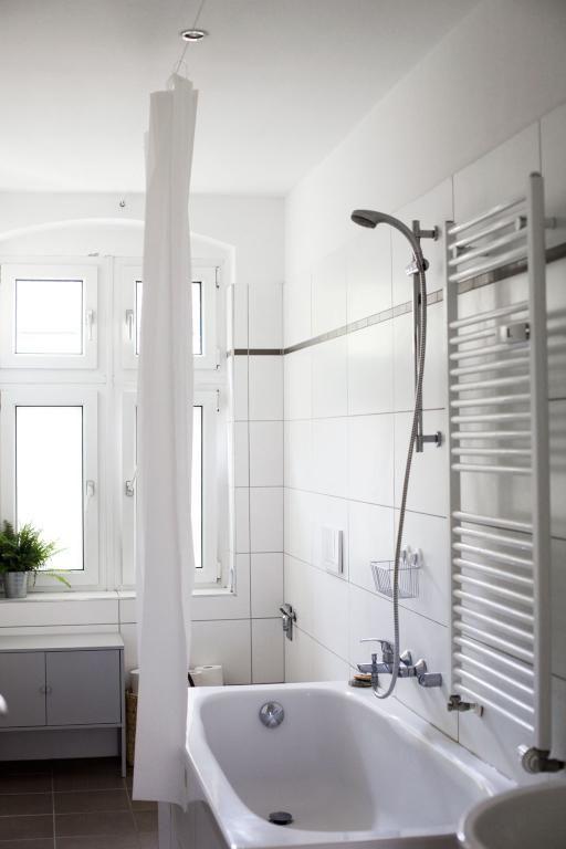 Helles Badezimmer Mit Fenster, Badewanne, Dusche Und Heizung.  2 Zimmerwohnung In Berlin