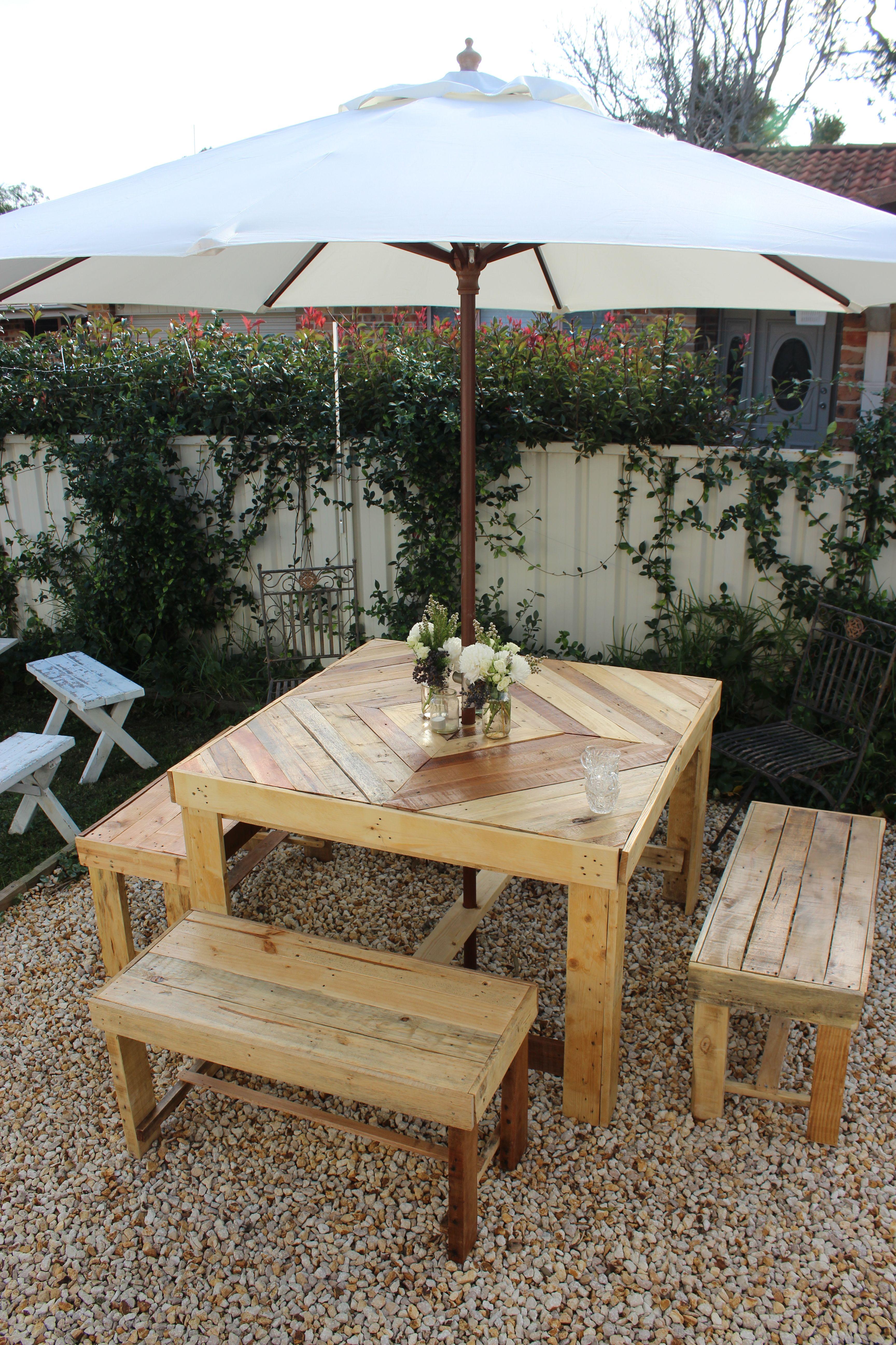 Table de jardin et banc en bois de palettes. | Outdoor furniture ...