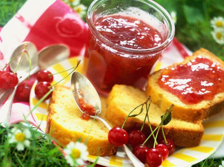 Confiture de cerises à la menthe Avec les lectrices reporter de Femme Actuelle, découvrez les recettes de cuisine des internautes : Confiture de cerises à la menthe