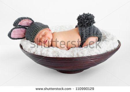 Sorriso de menino Bebê recém-nascido de oito dias de idade usando orelhas  de coelho e uma capa de tecido com cauda de coelho. Ele está dormindo de  bruços em ... 92c5422cedf