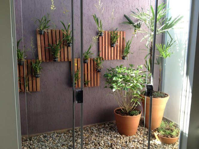 Jardines interiores modernos con palmeras arbustos rosas for Plantas decorativas para interiores