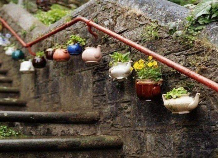 déco extérieure superbe en théières recyclées en pots de fleurs