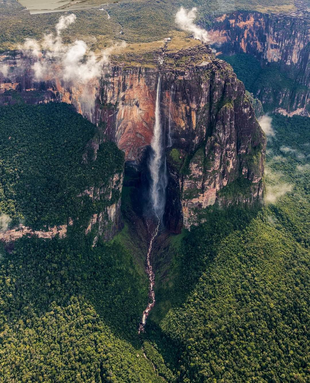 شلالات آنجل في مرتفعات غويانا تعد أطول الشلالات في العالم حيث يعادل ارتفاعها ثلاثة أضعاف طول برج إيفل في باريس و17 ضعفا لشلالا Fairy Tales Waterfall Places