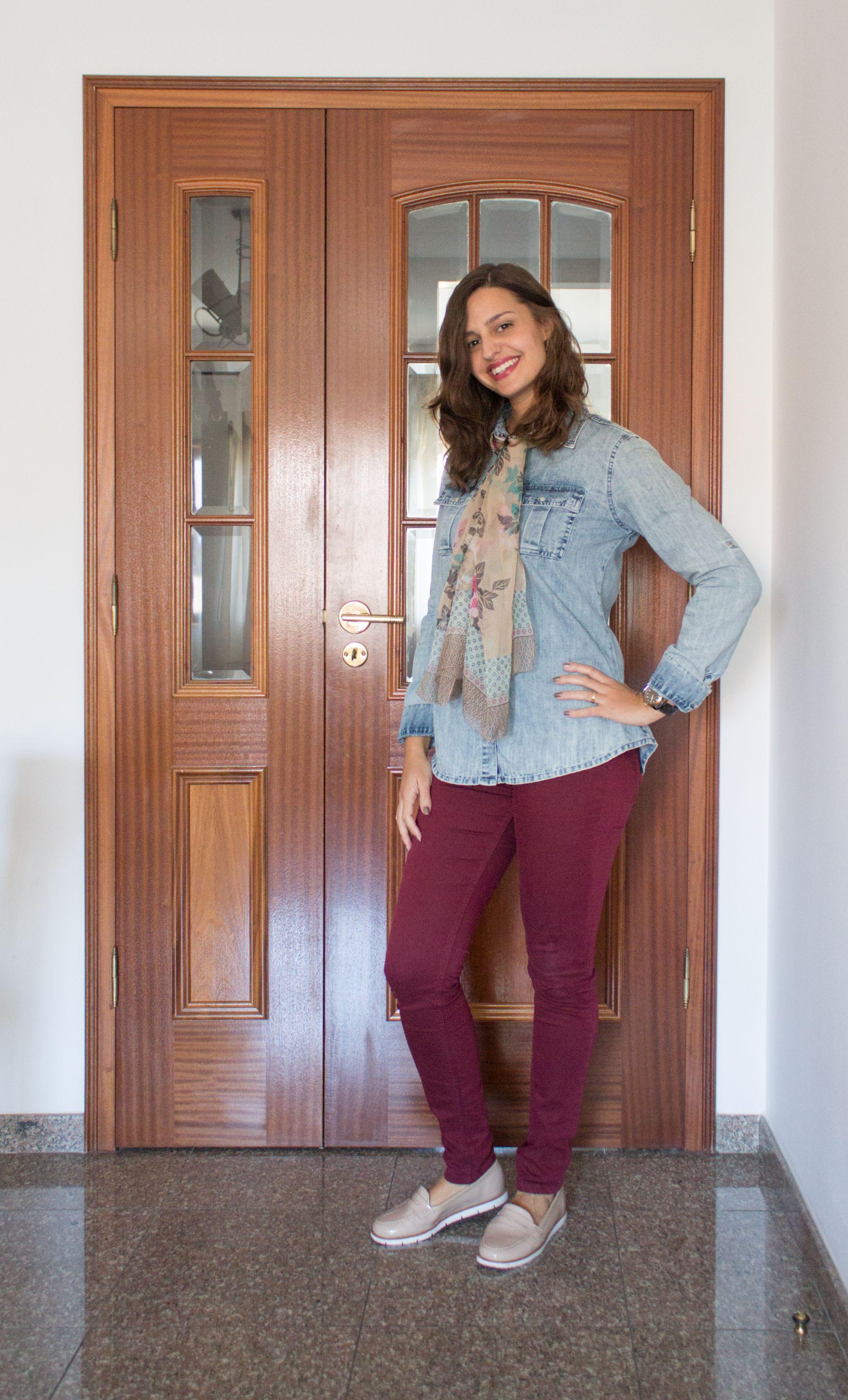 Look com camisa jeans, calça rosa e sapatilha animal print